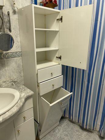 Móvel alto de casa de banho com cesto para roupa