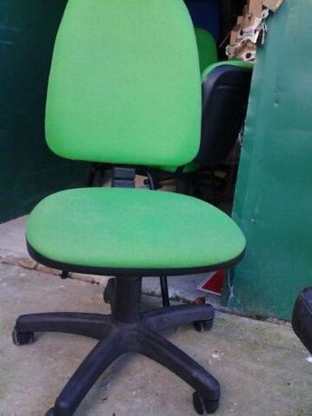 varios modelos diferentes de Cadeiras usadas verdes / vermelha / azuis