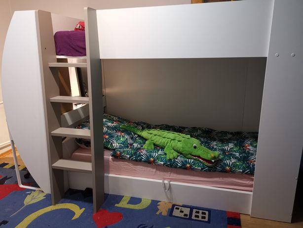 Łóżko piętrowe z biurkiem dla dzieci.