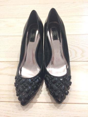 Buty szpilki z ozdobnymi kamykami