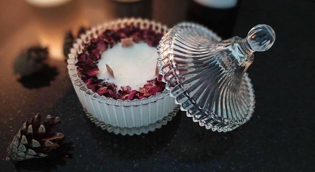 Świeca sojowa Glamour w krysztale z płatkami róż