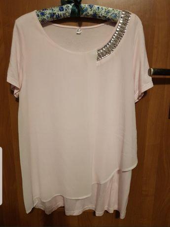 Delikatna bluzeczka z brylancikami na dekolcie tuszuje niedoskonałości