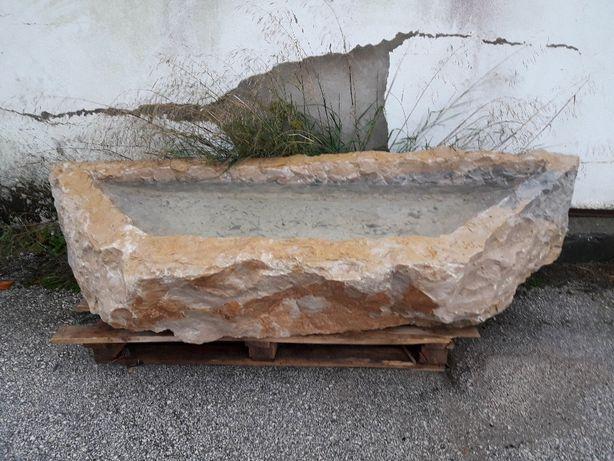 pias em pedra natural para decoração.