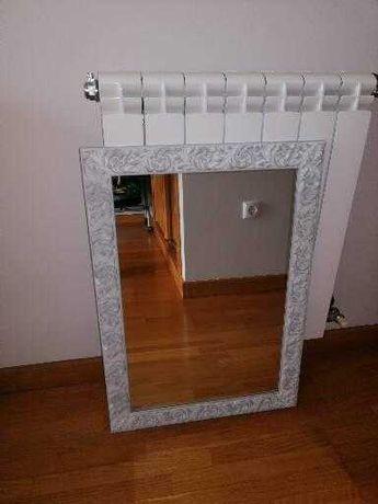 Espelho com moldura em branco azulado