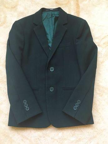 Школьная форма - зелёный пиджак,чёрные брюки.