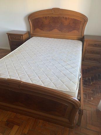Cabeceira e fundo de cama, cerejeira, com estrado de elevação.