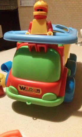 samochod foremki ludzik wywrotka przyczepa grabelki zabawka chlopiec