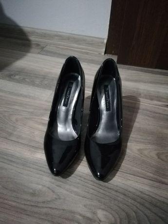 Czarne lakieriowane buty na obcasie, szpilki, czółenka r. 36