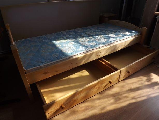 Łóżko sosnowe z materacem i szufladami po renowacji