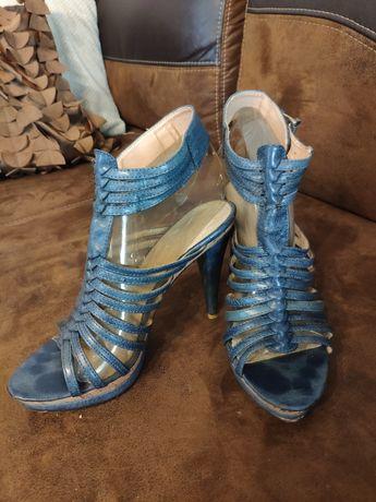 Ciemno niebieskie sandały na obcasie rozmiar 38