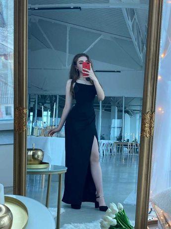 Чёрное платье с разрезом