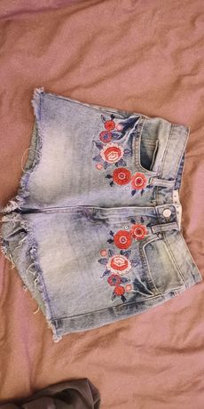 Nowe jeansowe spodenki z haftem