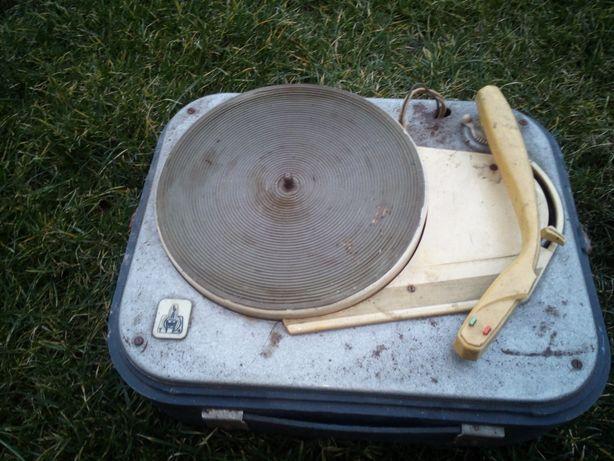 Gramofon walizkowy zabytkowy zamienię.