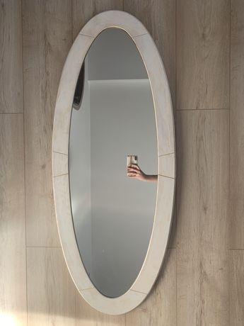 Lustro w bialej drewnianej ramie