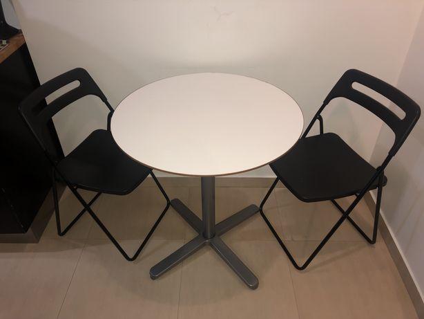 Mesa branca redonda com dois pes de altura e duas cadeiras altas. Ikea
