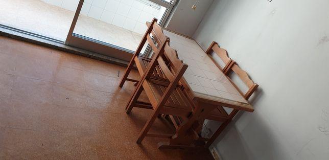 Mesa em madeira com azulejo e 4 cadeiras