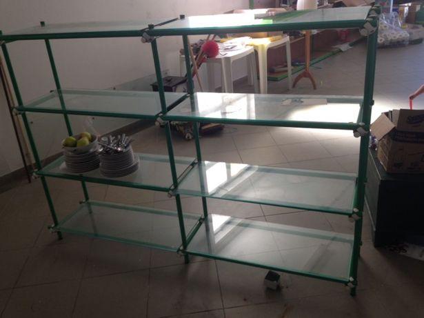 Estante de metal com prateleiras de vidro
