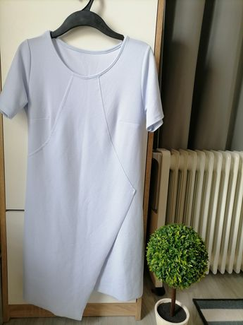 Błękitna sukienka z krótkim rękawem z rozcięciem r. M
