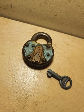 Stara kłódka zabytek z kluczem