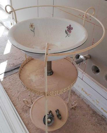 Lavatório Vintage com ligações, pronto a ser instalado