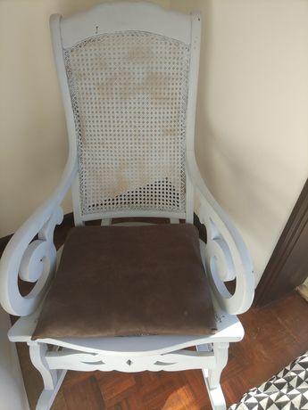 Cadeira de baloiço restaurada.