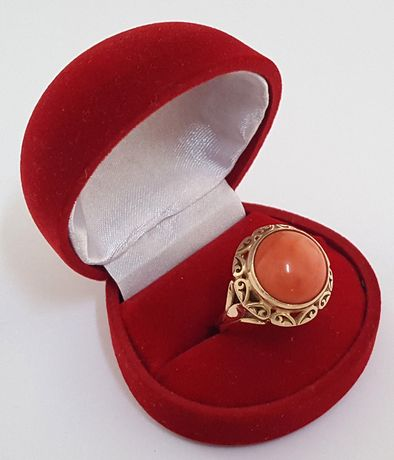Złoty pierścionek w stylu ORNO zdobiony naturalnym koralem