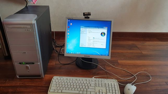 Настільний комп'ютер з монітором