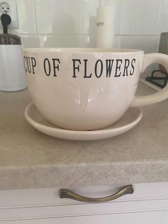 Osłonka ceramiczna na kwiaty jak filiżanka ze spodkiem
