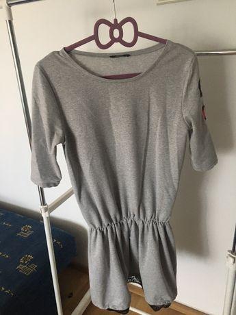 Sportowa sukienka z naszywkami