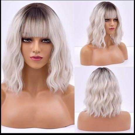 Peruka syntetyczna popielaty blond z ciemnym odrostem