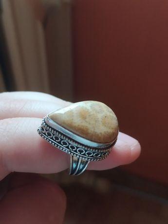 Srebrny piersiconek z koralem