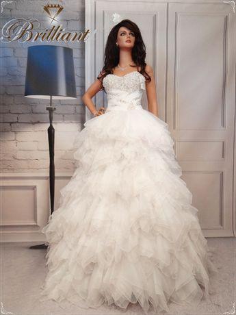 Piękna bogato zdobiona suknia slubna, księżniczka z perłami, kamieniam