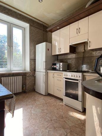 Продам 3к квартиру с холлом в центре/ / Сталинка
