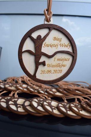 Medale dyplomy statuetki drewniane grawer