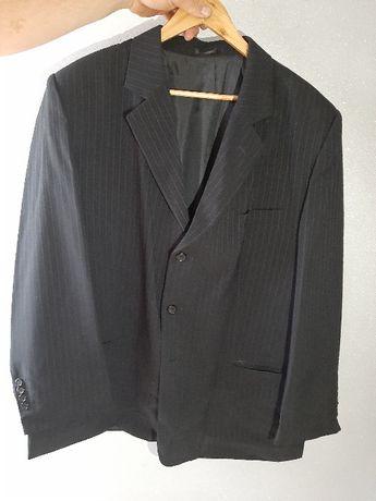czarny garnitur męski w prążki