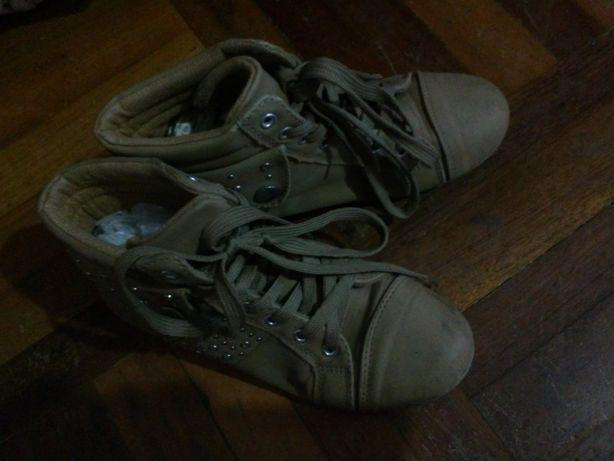 Ботинки на шнурках