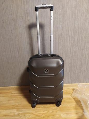 Новый ,прочный чемодан из противоударного поликарбоната