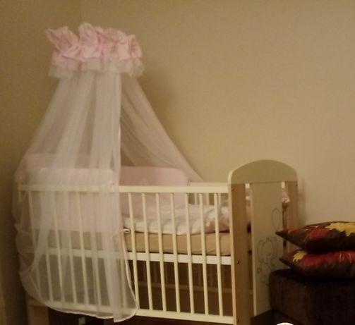 Łóżeczko dla dziecka z baldachimem i szufladą.