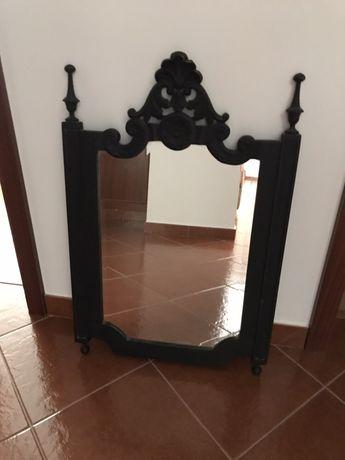 Espelho de madeira trabalhada..