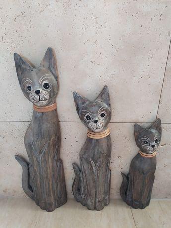 Kolekcja drewnianych kotów.