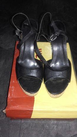 Czarne sandały na wysokim obcasie
