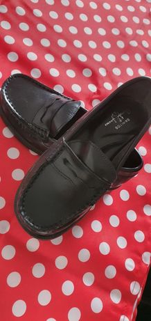 Sapatos em pele de menino NUNCA USADOS tamanho 28