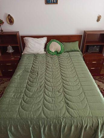 Conjunto de cama, mesinhas de cabeceira e cómoda com espelho
