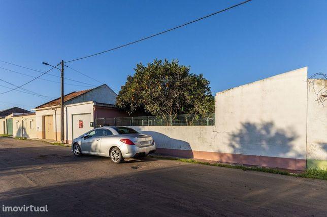 Terreno Urbano com moradia em Santo António da Charneca – 128.000€