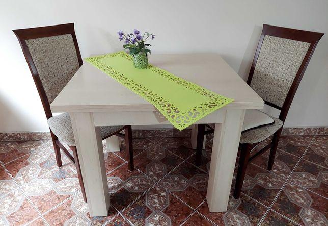 Stół i 2 krzesła + zabudowa kuchenna z okapem i płytą gazową + szafka