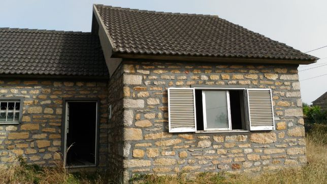 Vende-se casa com terreno na zona de Penedono