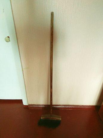 Длинная деревянная метла