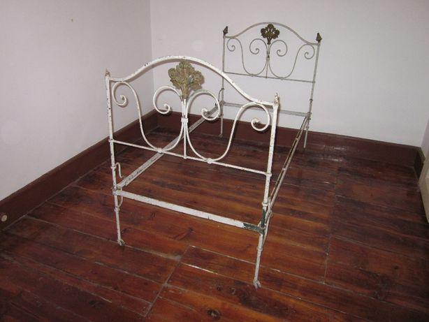 Cama antiga em ferro.