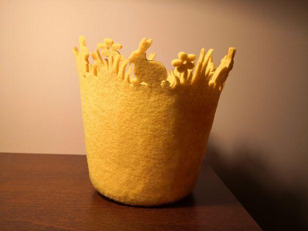 Żółta osłonka filcowa na doniczkę. Wielkanoc, wiosna