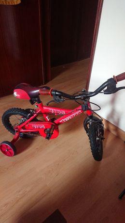 Bicicleta de criança vermelha